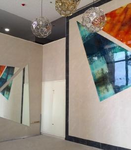 חיפוי זכוכית בלובי של בנין